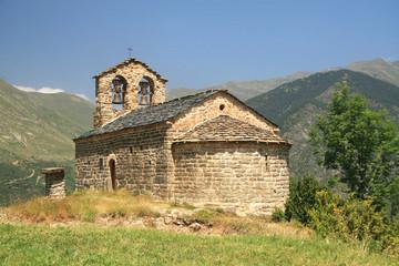 Iglesia románica en paraje montañoso