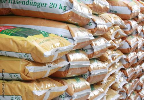 Rasendünger gestapelt - 21048739