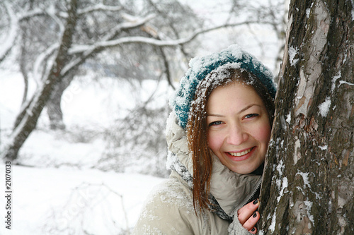 Portret girl in winter near tree