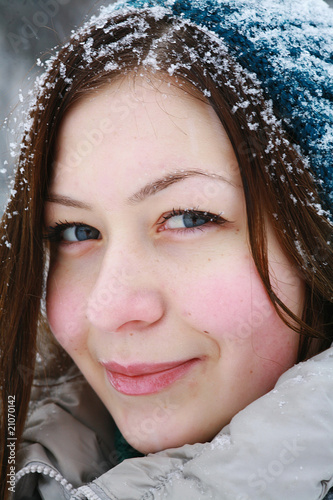 Portret of young smiling girl in winter