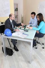 Promoteur présentant projet immobilier à un couple