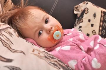 bébé avec tétine