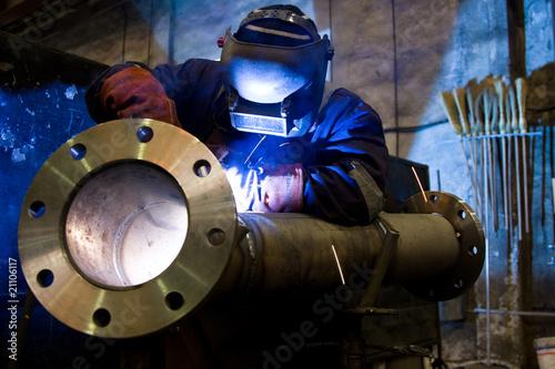 worker welding - 21106117