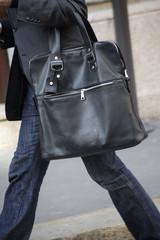 Uomo con  borsa nera in pelle
