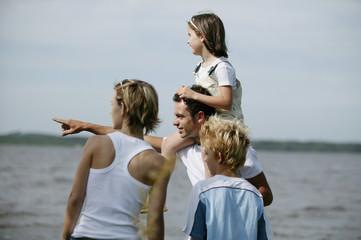 Famille se baladant au bord de l'eau