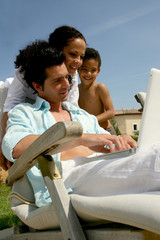 Famille métis devant ordinatuer portable