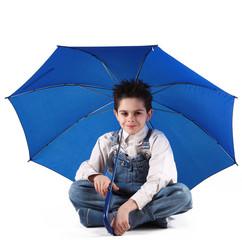 bambino sorridente con ombrello