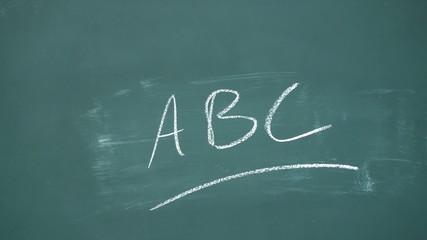 lehrer schreibt ABC an die tafel