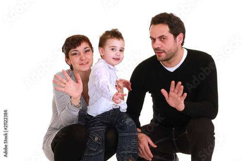 mamma, papà e figlio salutano