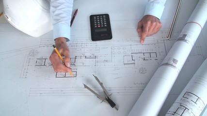 junger architekt arbeitet an einem bauplan