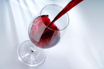 Rotwein in ein Glas giessen