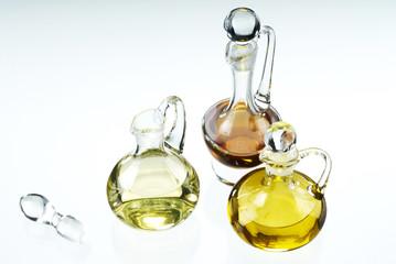 drei Sorten Öl in Glaskaraffen