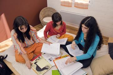 3 filles travaillant dans une chambre