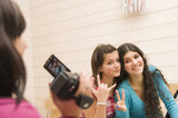 Jeunes filles se filmant avec un caméscope poster