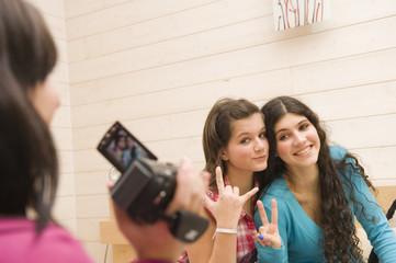 Jeunes filles se filmant avec un caméscope
