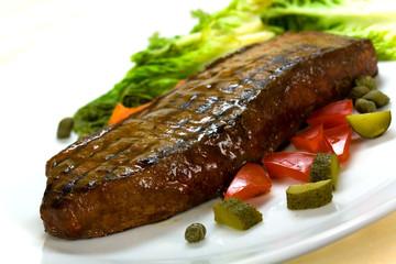 Rumpsteak-Roastbeef mit grünem Salat,Paprika,Kapern