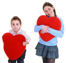 fratello e sorella con cuore rosso