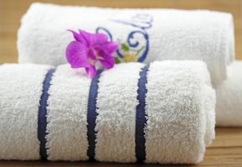 orchidée exotique mauve sur serviettes blanches