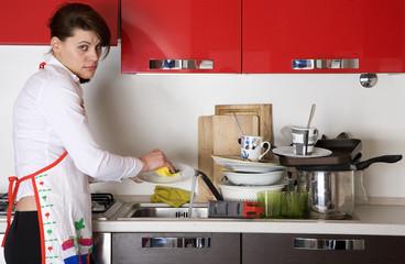 rassegnata a lavare i piatti