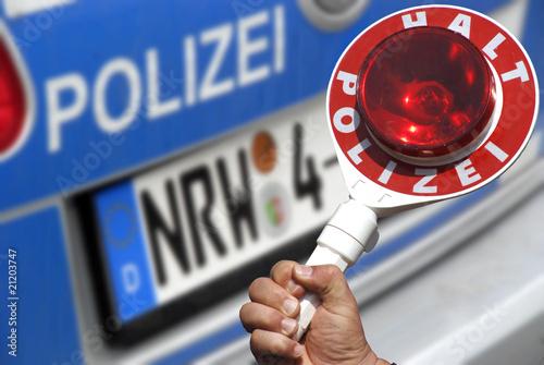 Polizeikelle am Auto mit Polizeifahrzeug