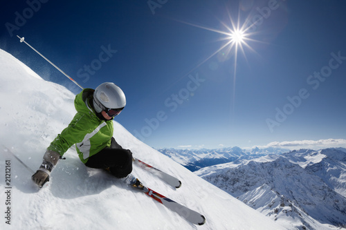 Foto op Aluminium Wintersporten Skier with sun and mountains