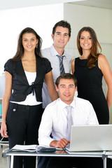 Hommes et femmes souriants d'affaire au bureau