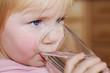 Aktives Kind trinkt Wasser