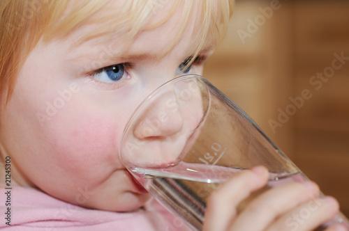 Aktives Kind trinkt Wasser - 21245300