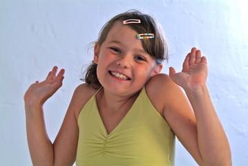 Ein Mädchen lächelt in die Kamera. Sample text.