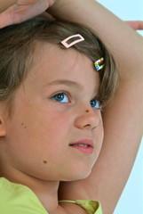 Eine junge Mädchen beobachtet etwas.