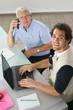 Portrait de deux hommes travaillant au bureau