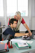 Portrait d'hommes au bureau devant ordinateur portable