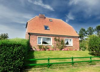 Haus mit Vorgarten II