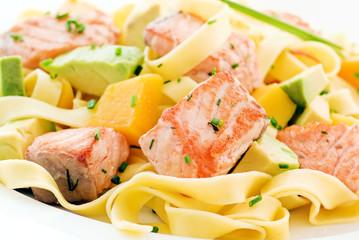 Nudeln mit Lachs und Obst