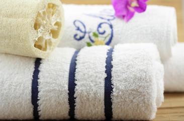 serviettes blanches, éponge végétale, orchidée, fond bambou
