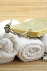 serviettes blanches,savon de Marseille artisanal,fond bambou
