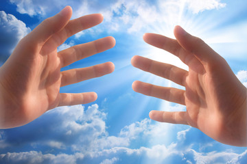 mains tendues vers le ciel