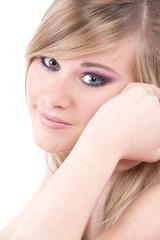 sourire timide d'une jeune fille romantique