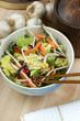 Asiatische Gemüseschale mit frischem Gemüse