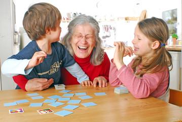 Oma lacht mit Enkelkindern