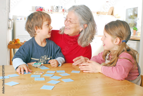 Oma und Enkelkinder spielen Memory