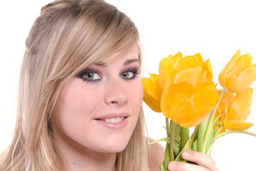 portrait d'une jeune fille blonde et tulipes printannières
