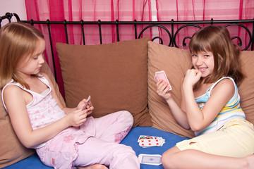 kinder spielen karten