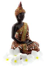 bouddha statue fleurs blanches frangipanier, fond blanc