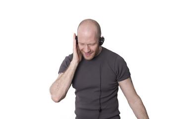 Mann hört Musik über Kopfhörer