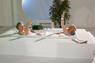 Oma und Opa in der Badewanne trinkten Champagner