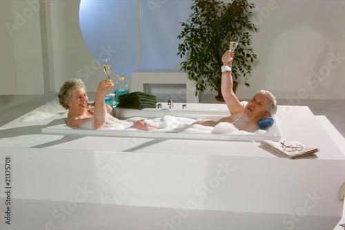 Oma und Opa in der Badewanne trinkten Champagner - 21375701