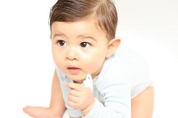 Bébé tient sa tétine