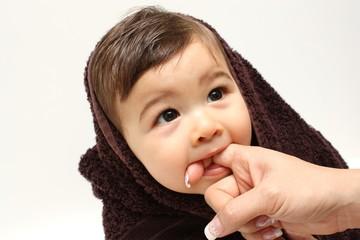 Bébé mord le doigt !