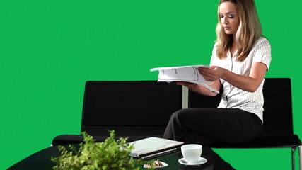 businessfrau beim lesen